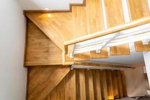 belle marche d'escalier en bois à la maison photo