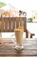 Verre de milkshake de smoothie de noix de café de caramel dans le café et le restaurant photo