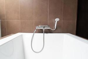 décoration de baignoire blanche à l'intérieur de la salle de bain photo