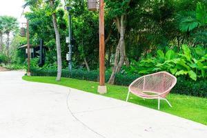décoration de banc vide dans le parc de jardin photo