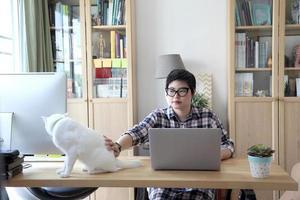 femme asiatique travaillant photo