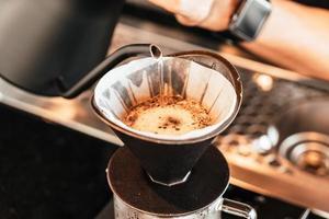 verser de l'eau chaude pour faire couler du café arabica photo