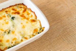 lasagne aux épinards au four avec du fromage dans une assiette blanche photo