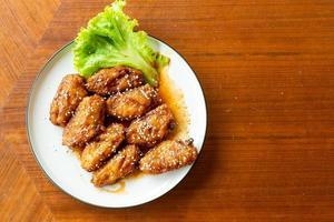 poulet frit avec sauce coréenne épicée et sésame blanc photo