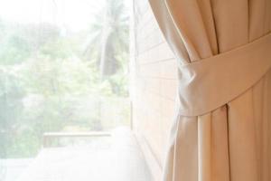 rideau en gros plan avec fenêtre et lumière du soleil photo
