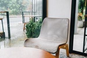 chaise vide dans un café-restaurant et un café-restaurant photo