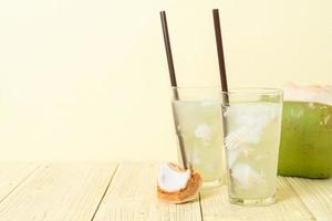 eau de coco ou jus de coco en verre avec des glaçons photo