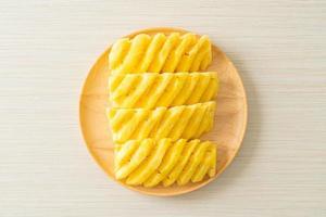 ananas frais tranchés sur plaque blanche photo
