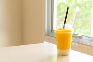 smoothies aux fruits de mangue fraîche avec verre de yaourt photo