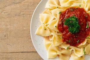 pâtes farfalle à la sauce tomate avec persil - style cuisine italienne photo