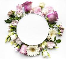 fleurs roses dans un cadre rond avec un cercle blanc pour le texte photo