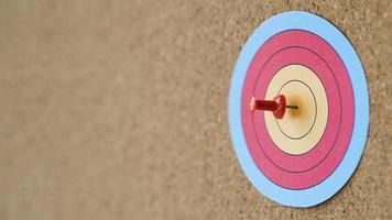 vue latérale cible colorée avec pin bull s eye. beau concept de photo de haute qualité