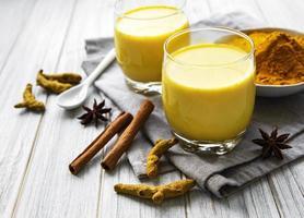 boisson au lait au curcuma jaune. photo