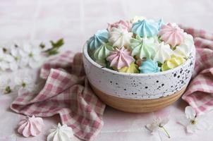 petites meringues colorées dans le bol en céramique photo