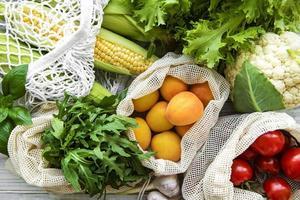 fruits et légumes frais dans un sac en coton écologique photo