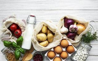 légumes frais dans un sac en coton écologique photo