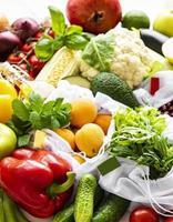 une variété de fruits et légumes biologiques photo