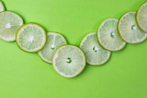 tranches de citron avec des feuilles vertes photo
