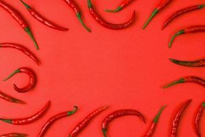 piment rouge chaud isolé sur fond de papier. photo
