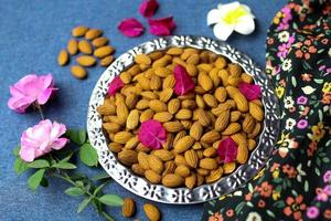 délicieux biscuits et noix avec des fleurs photo