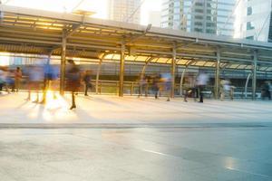 personnes marchant dans le flou de mouvement dans la ville photo