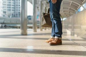 homme marchant dans la ville et tenant un sac pour ordinateur portable photo