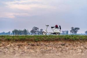 motos blanches vintage sur une route de campagne photo