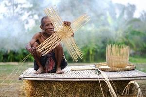 homme âgé et artisanat en bambou, mode de vie des habitants de la thaïlande photo