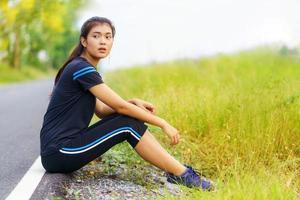 portrait de belle fille en tenue de sport pendant l'exercice photo
