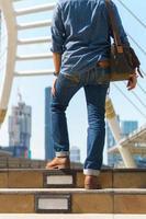homme marchant dans la ville avec valise photo
