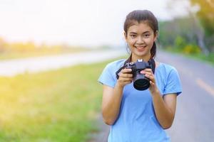 portrait de belle fille en t-shirt bleu et jeans photo