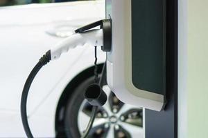 recharger une voiture électrique, futur du transport photo