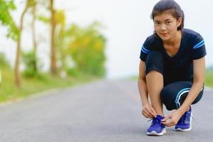 coureur de fille essayant des chaussures de course se préparer pour le jogging photo