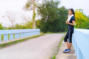 portrait de belle fille en tenue de sport souriant pendant l'exercice photo