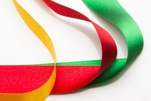 tissus et rubans colorés, couleurs de base sur fond blanc photo