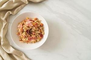 riz frit avec bacon, jambon et poivrons noirs sur plaque blanche photo