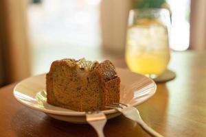 Gâteau à la banane sur plaque au café restaurant - point de mise au point sélective douce photo
