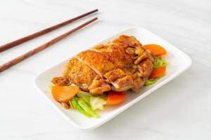 Steak de poulet teppanyaki teriyaki avec chou et carotte photo