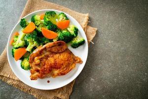 steak de poulet teriyaki aux brocolis et carottes photo