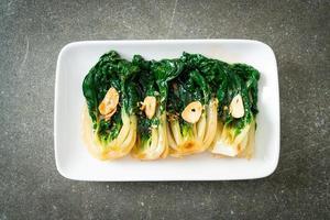 bébé chou chinois avec sauce aux huîtres et ail - style cuisine asiatique photo