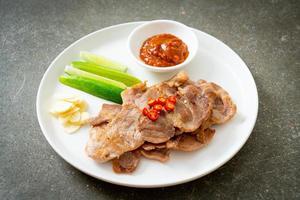 cou de porc grillé tranché sur plaque de style asiatique photo