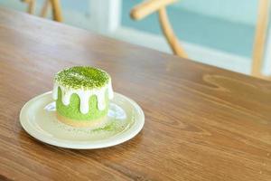 Gâteau au fromage au thé vert matcha sur table au café restaurant photo