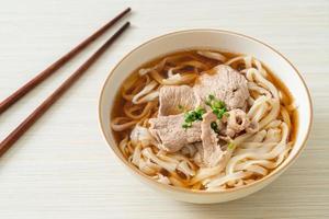 nouilles ramen udon maison avec du porc dans une soupe de soja ou de shoyu photo