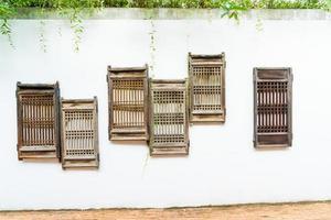 vieille fenêtre en bois décorer sur mur blanc photo