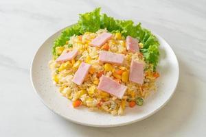 riz frit maison avec jambon et légumes mélangés de carotte, pois de haricot vert et maïs photo