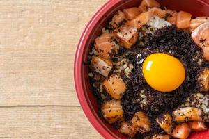 riz japonais au saumon frais cru, tobiko et oeuf - saumon don photo
