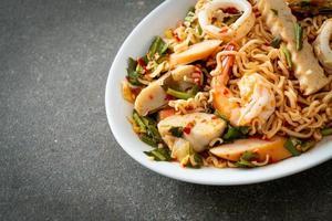 salade épicée de nouilles instantanées avec viandes mélangées photo