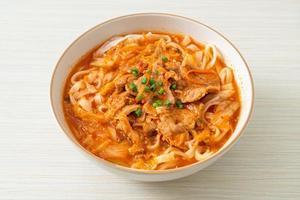 nouilles coréennes udon ramen au porc dans une soupe au kimchi photo