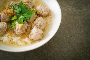 riz bouilli avec bol de porc photo