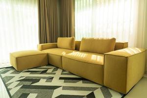 canapé moutarde doré vide dans le salon photo